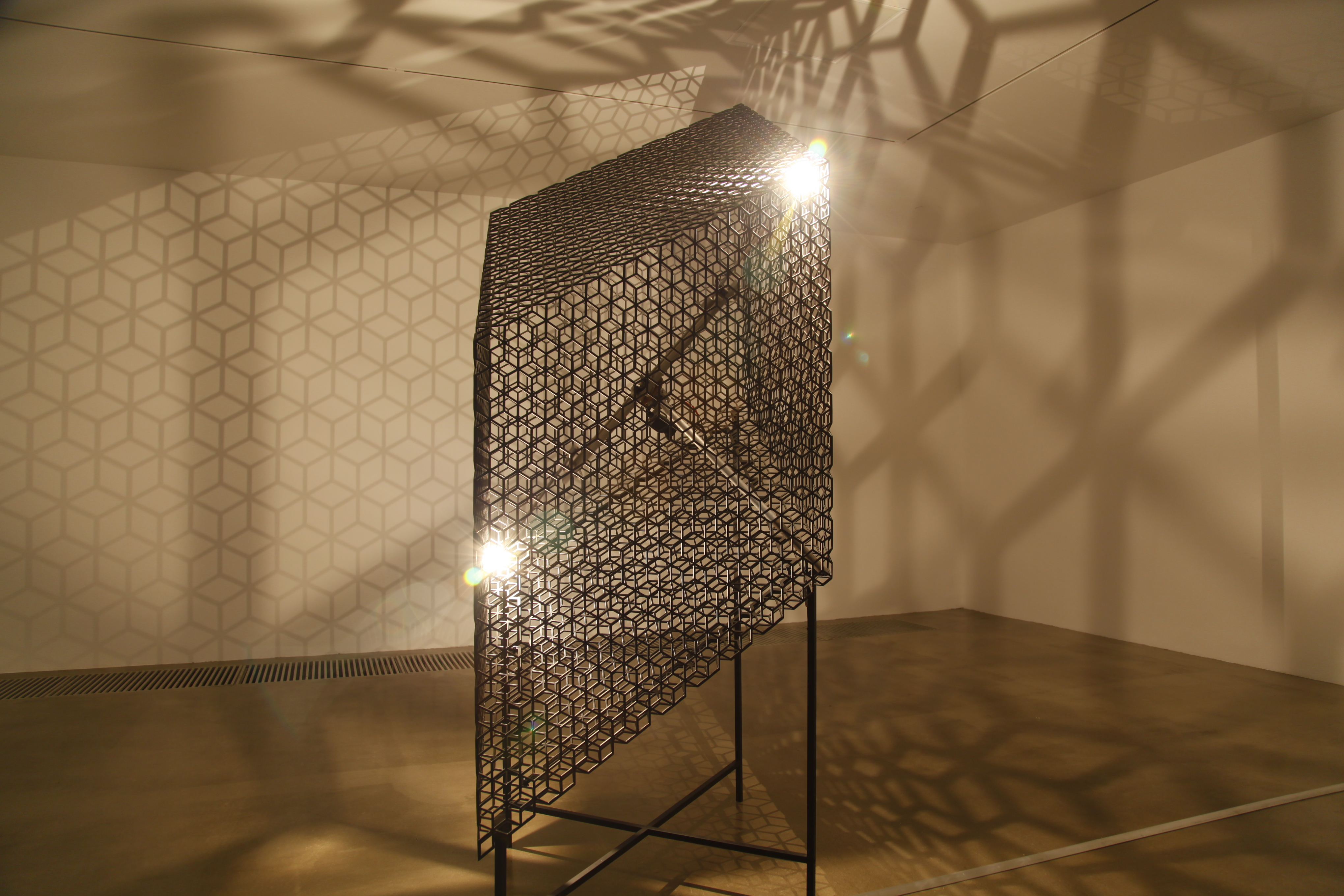 Slow Arc in a Cube VIII_Powder coated steel, aluminium, halogen lights, mechanical system_140 x 95 x 270_2014